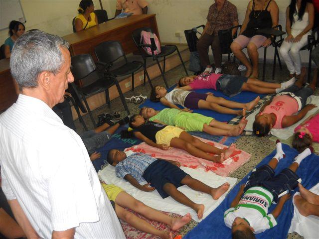 1    Doctor Manuel Vera aplica ejercicios de relajación en los niños de la convivencia