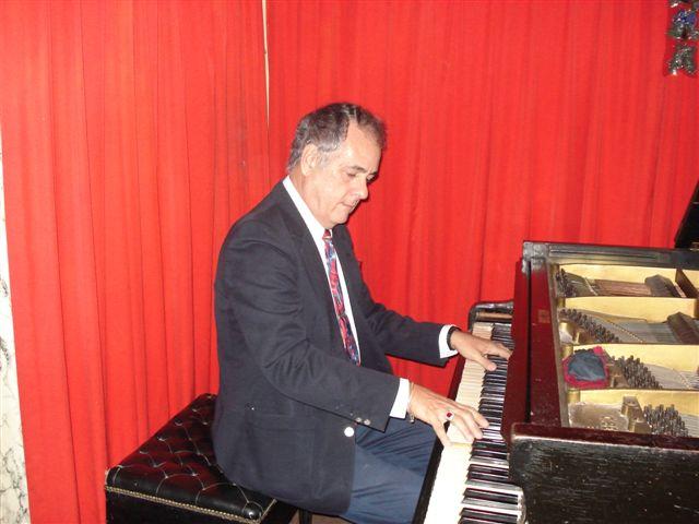 Nelson Camacho tocando el piano de Bola de Nieve en el restaurante Monseñor