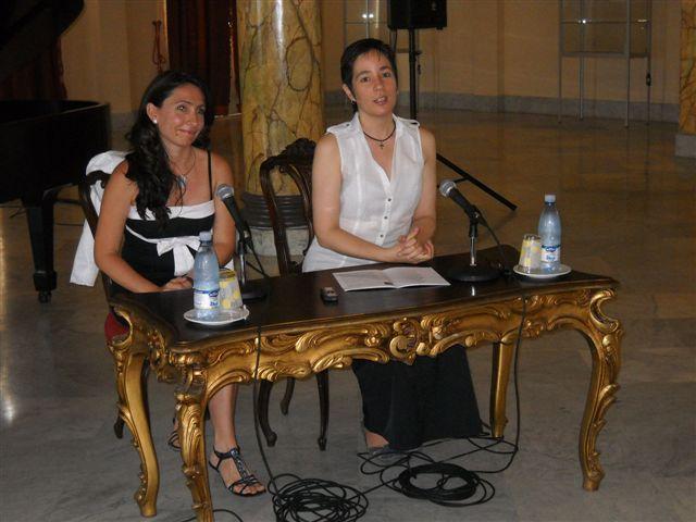 La pianista Liana Fernández Neira y la musicóloga Miriam Escudero en la conferencia de prensa sobre el Primer Encuentro de Jóvenes Pianistas